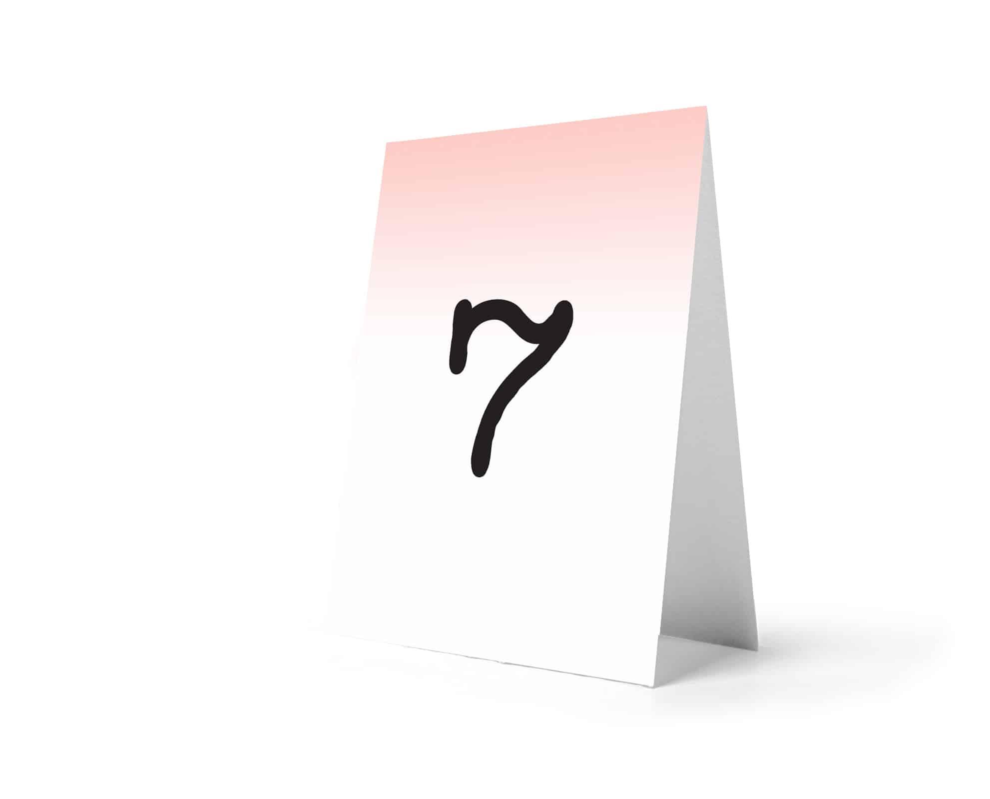 Numery na stoły z jasno różowym delikatnym tłem