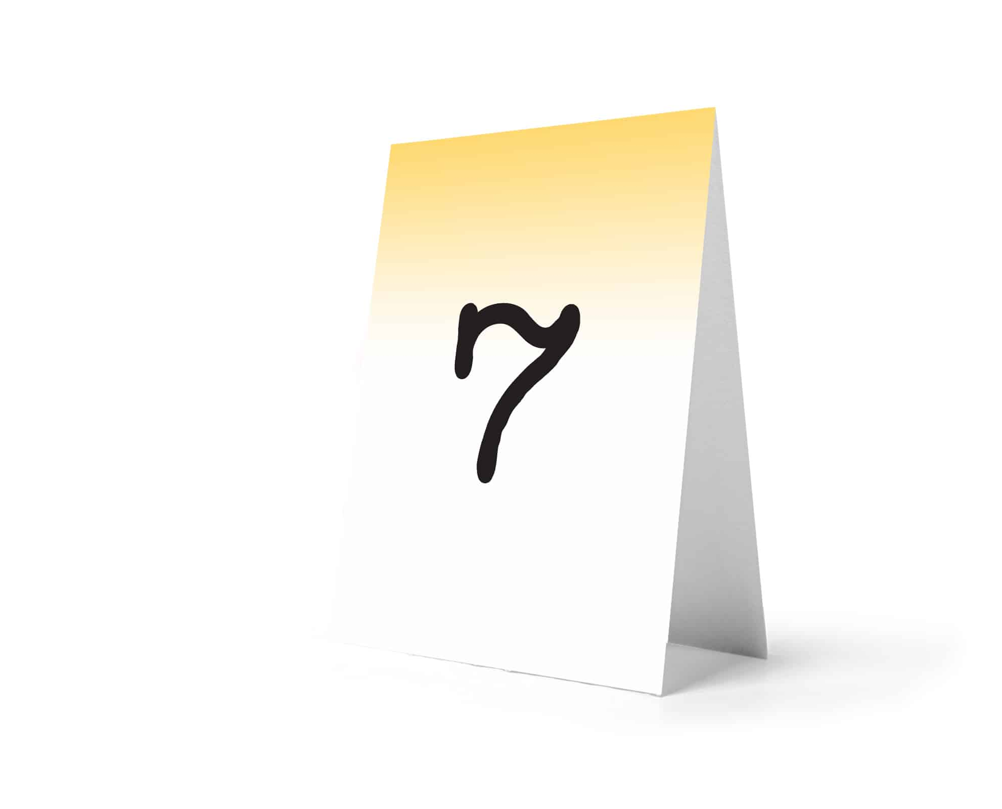 Numery stołów z jasno żółtym tłem i ładną cyfrą