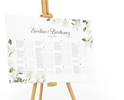 Plan stołów z białymi magnoliami