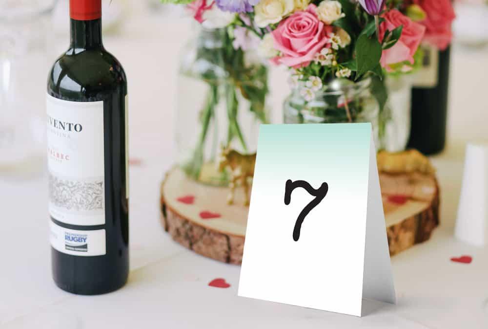 proste numery na stoły z gradientowym miętowo białym tłem