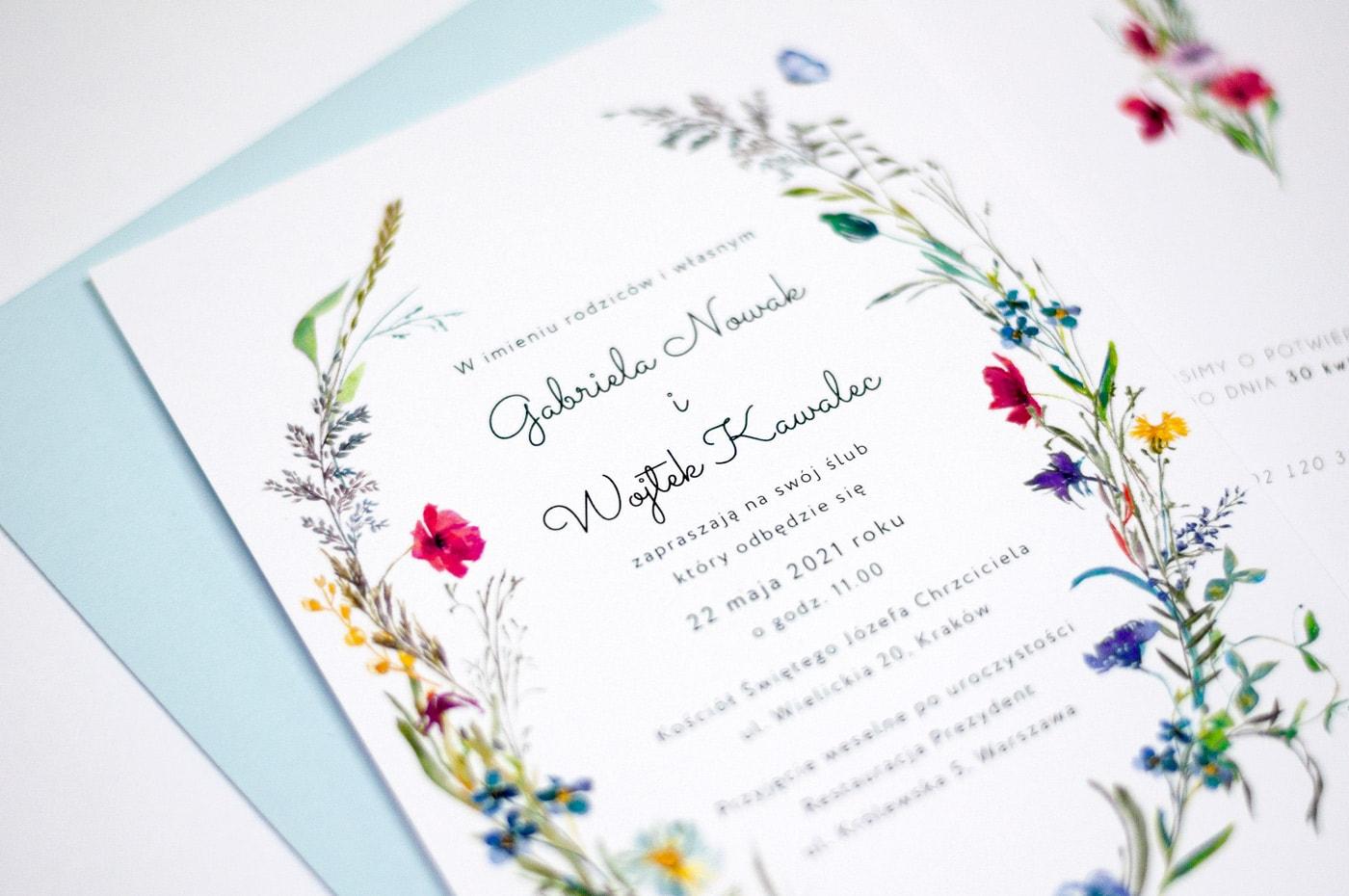 Zaproszenia w stylu rustykalnym z błękitną kopertą i bukietem polnych kwiatów