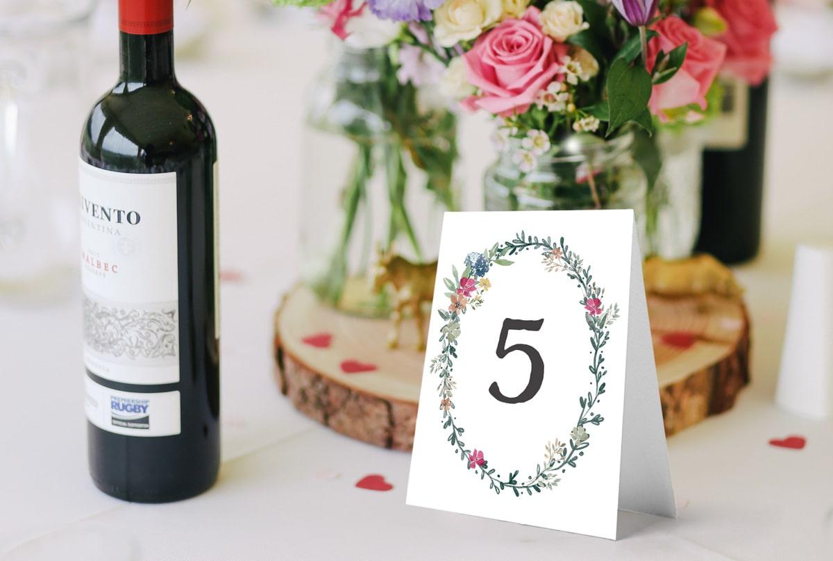 Numery stołow weselnych w stylu rustykalnym z wiankiem z polnych kwiatów
