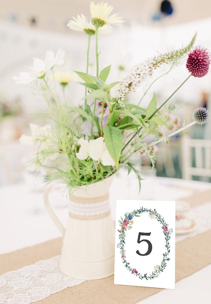 Rustykalne numery stołow z zielonym wiankiem z polnych kwiatów