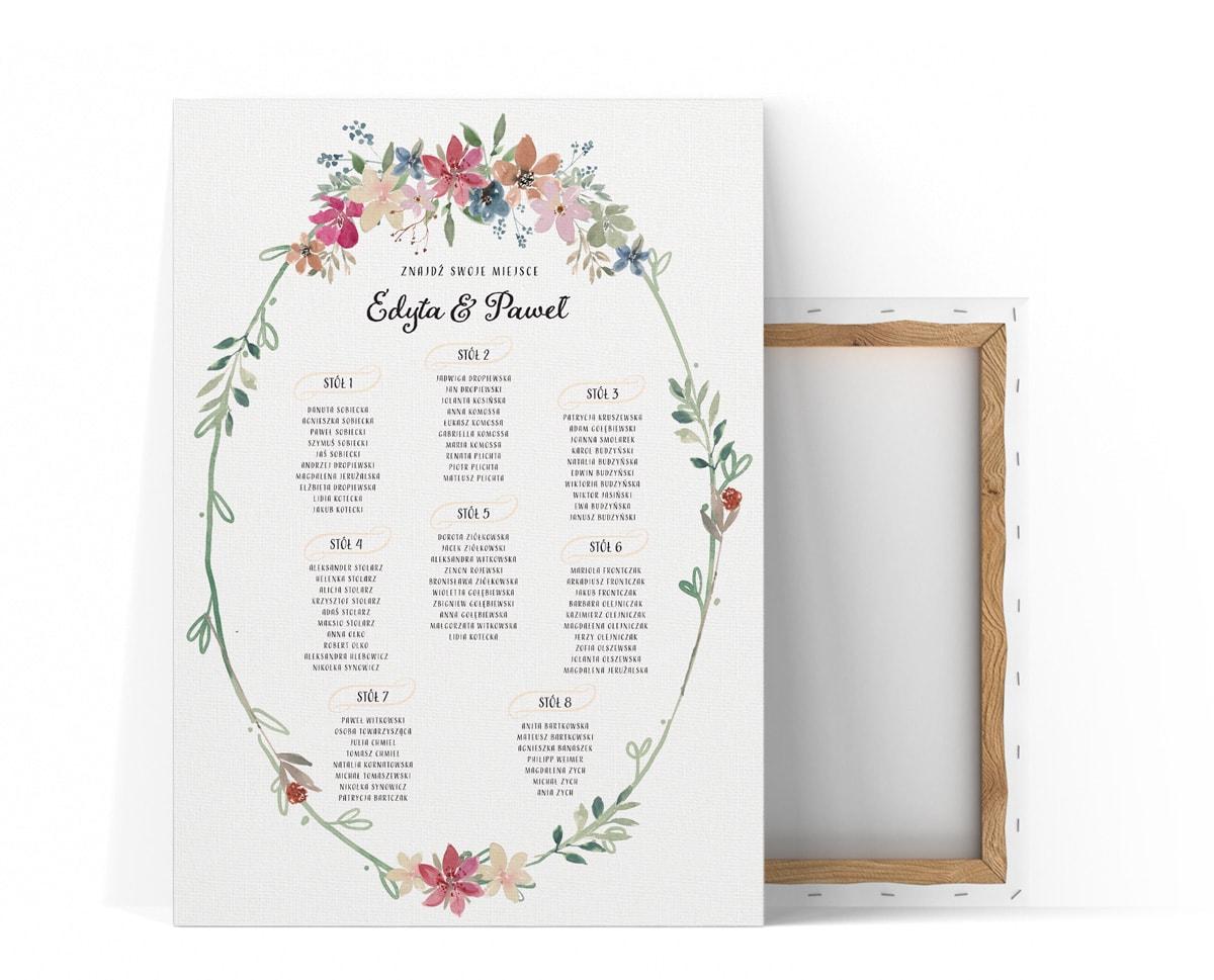 Rustykalny plan stołów z wiankiem i małymi kwiatami