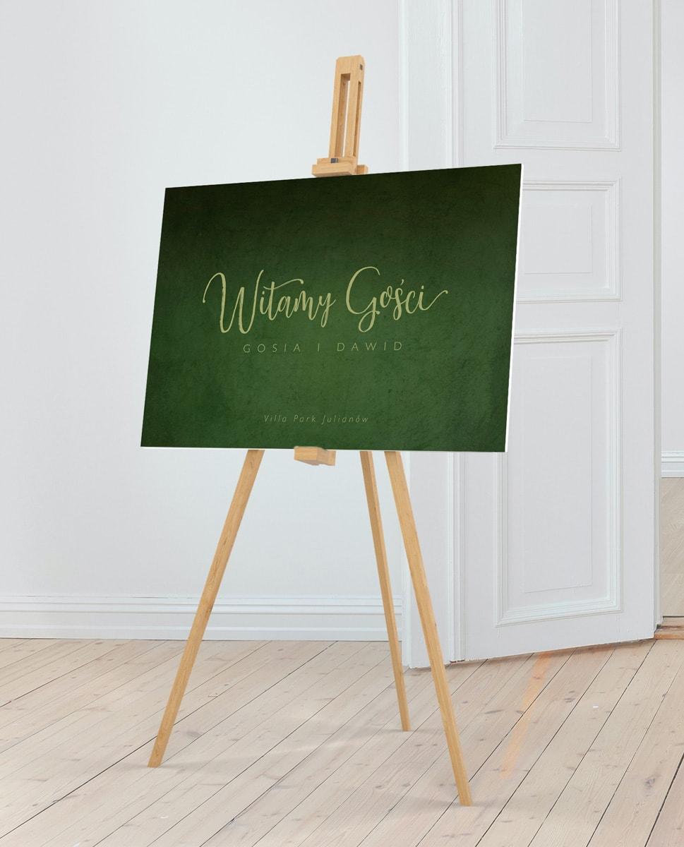 Tablica powitalna z żywym zielonym tłem i ozdobną czcionką