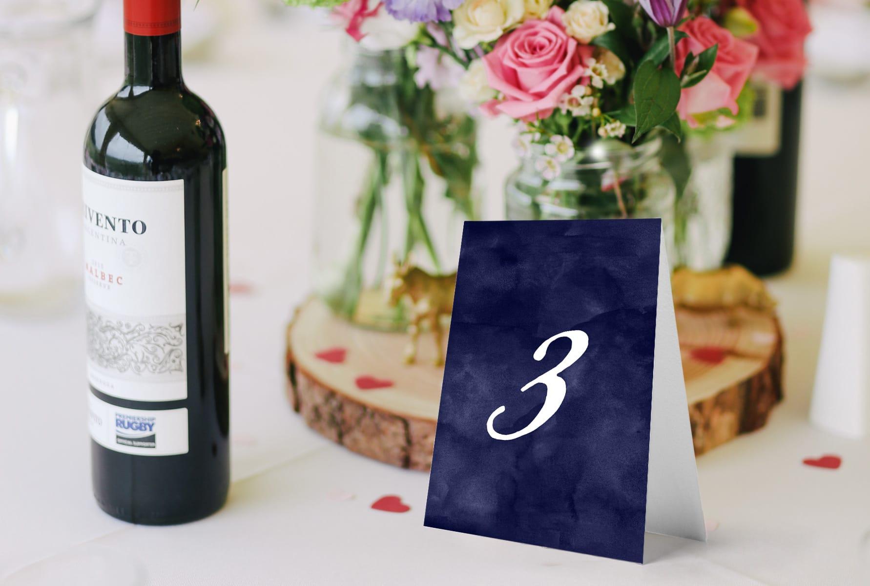 klasyczne numery na stoły weselne, proste, eleganckie z grantowym tłem