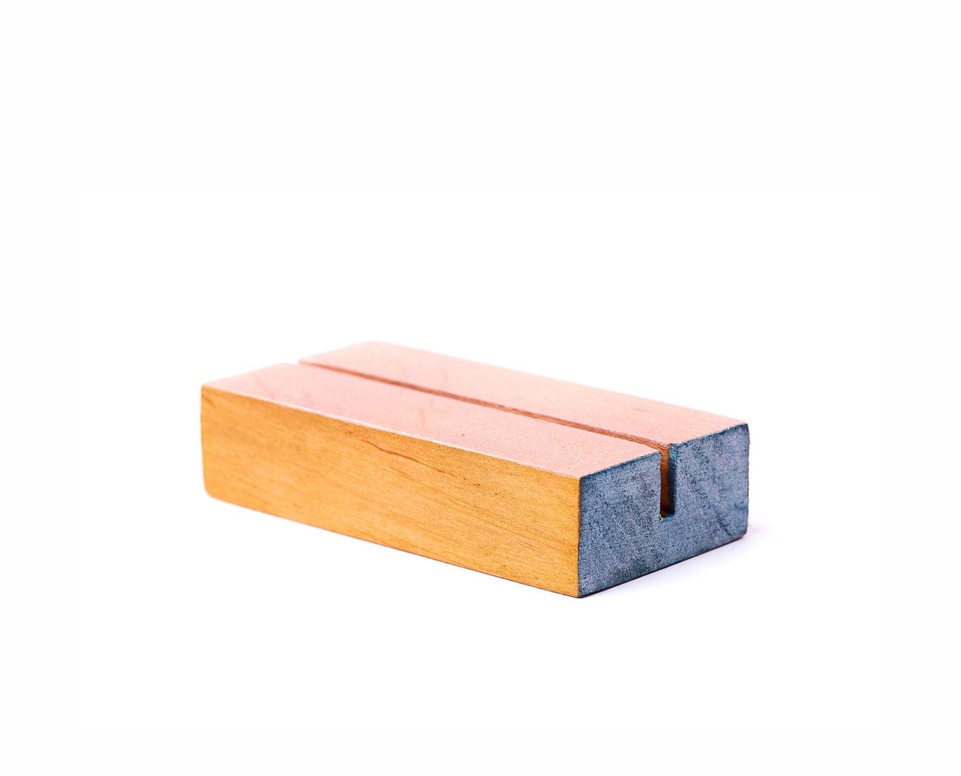 Podstawki z drewna, pomalowane w jasne pastelowe kolory złota, różu i granatu