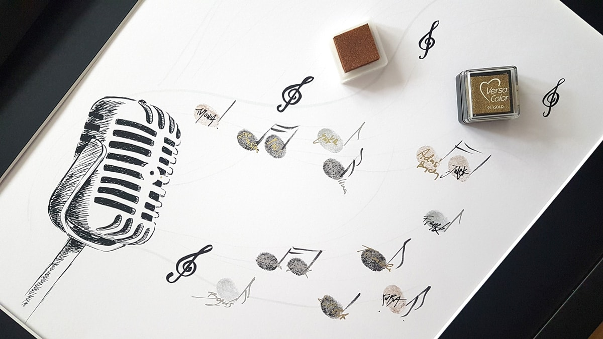 Księga gości z mikrofonem i nutkami z odcisków palców