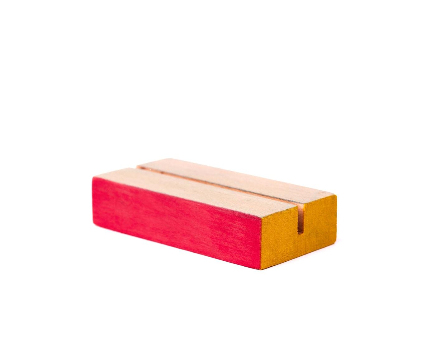 Drewniana podstawka na ekspozycję pomalowana w różne kolory