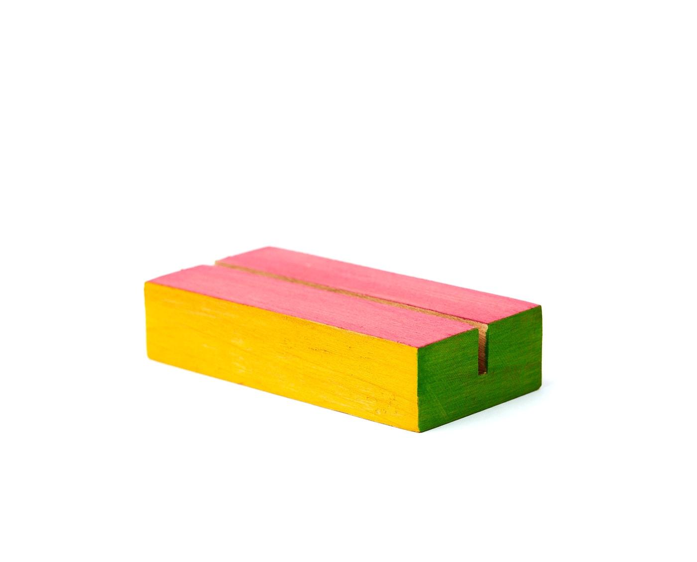 Mała drewanian podstawka na numery stołow i karty menu