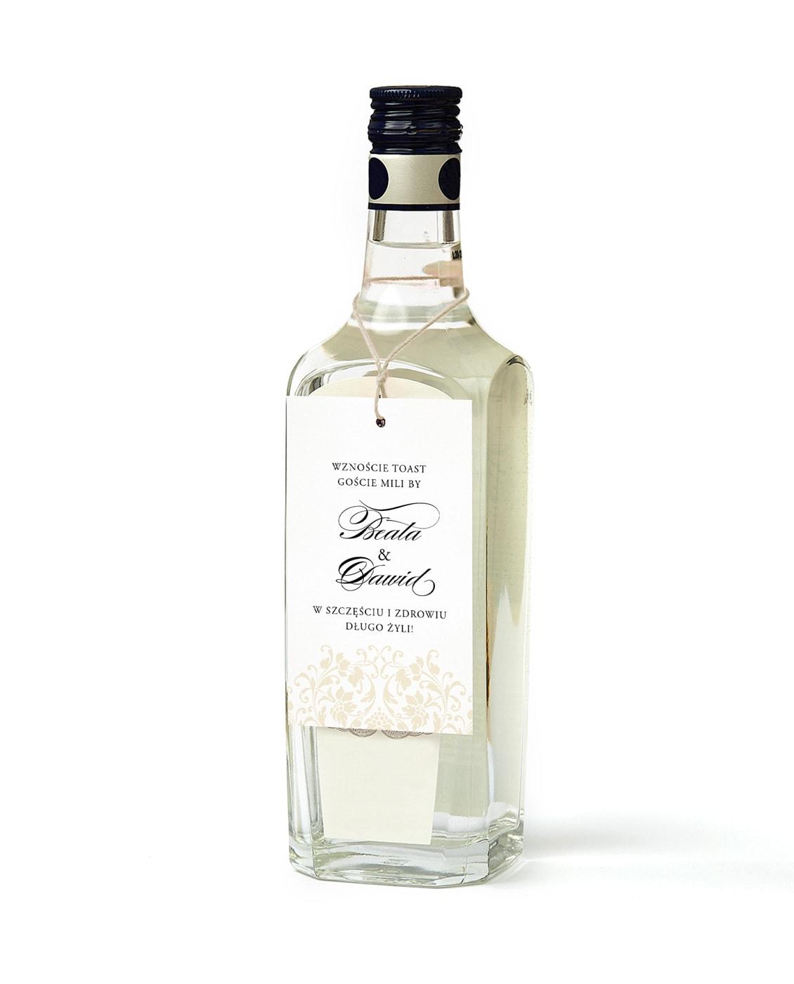 Białe zawieszki ze złotym sznureczkiem do powieszenia na butelkach