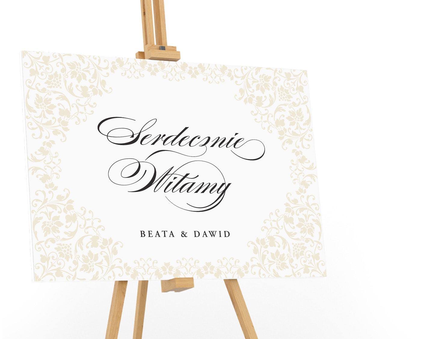 Duża tablica powitalna z kaligrafowanym napisem Serdecznie Witamy