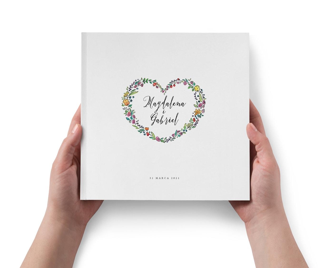 Księga gości z dużym sercem na środku okładki. Kolorowe polne kwiaty i ozdobna czcionka.