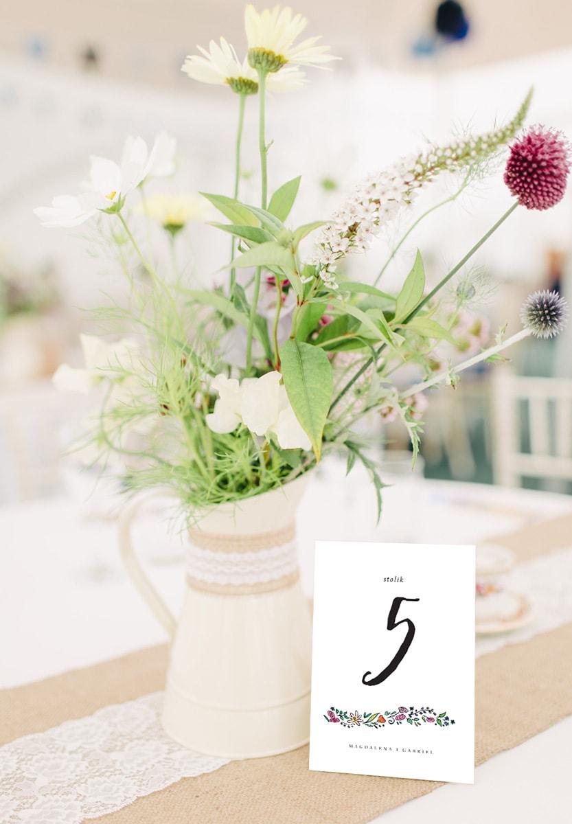 Numery na stoły weselne w kwiatowym, wiosennym stylu