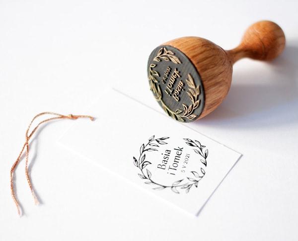 Drewniana pieczątka w rustykalnym stylu z listkami