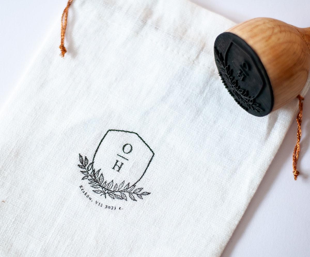 Ozdobny stempelek do lnianych woreczków na prezenty dla gości