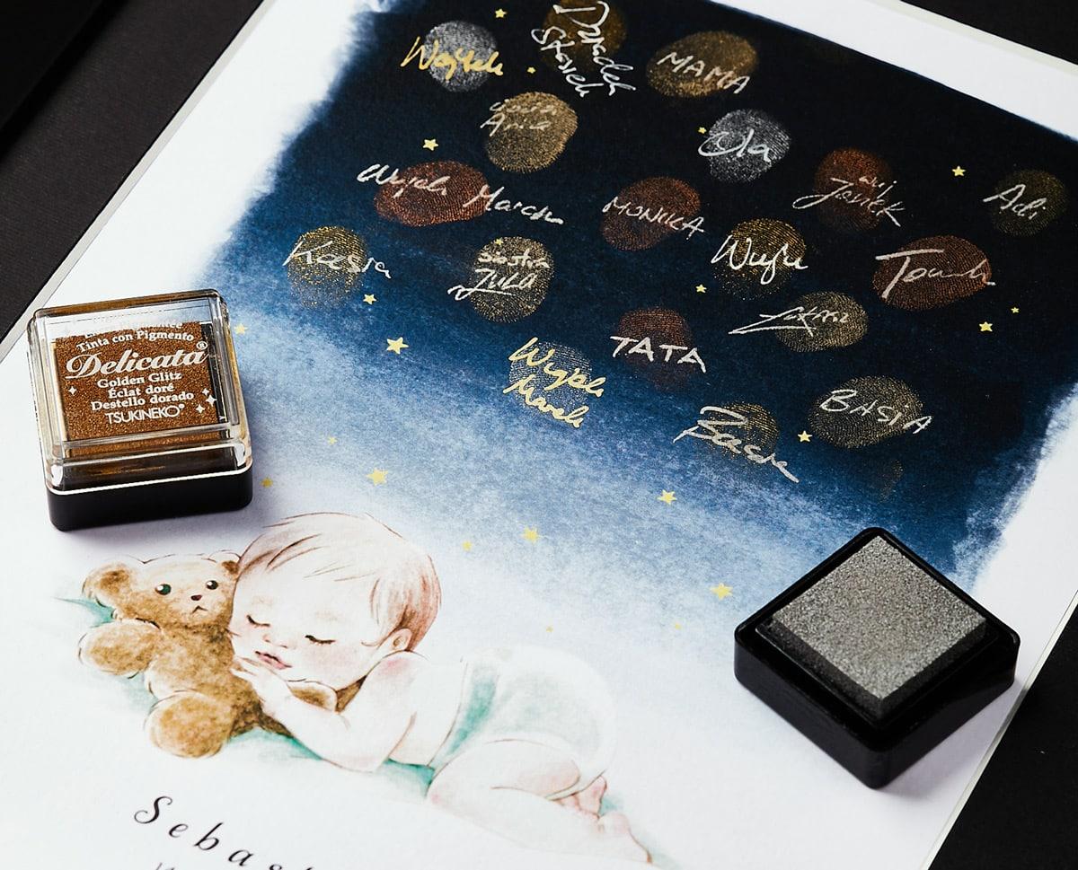 pamiątka chrztu, obrazek w ramce z rysunkiem śpiącego dziecka