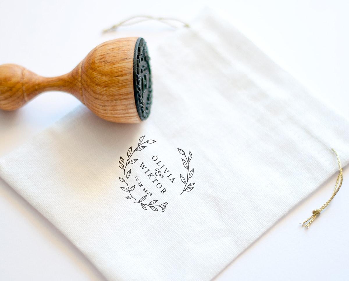 drewniana pieczątka ślubna w białym lanianym woreczku