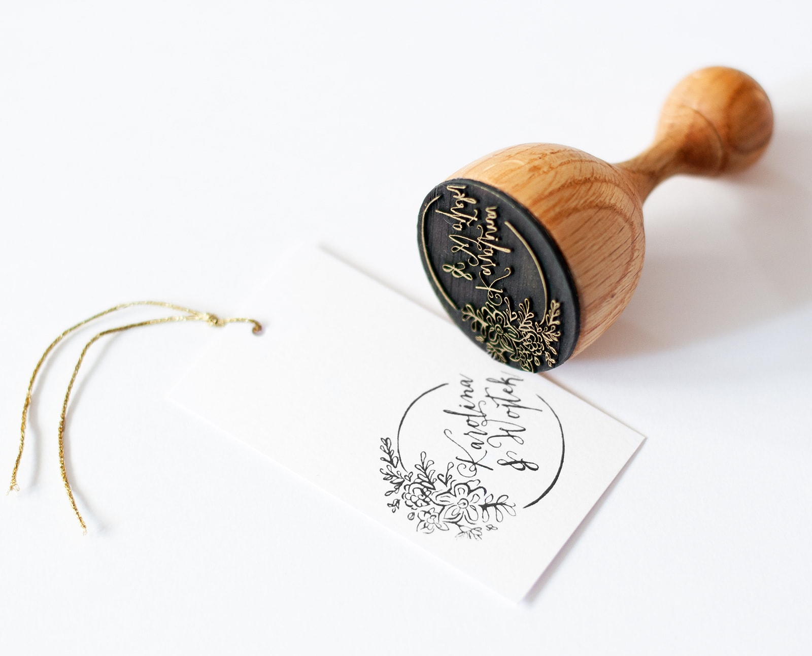 Pieczątka ślubna z rustykalnymi kwiatami i kaligrafowanymi imionami