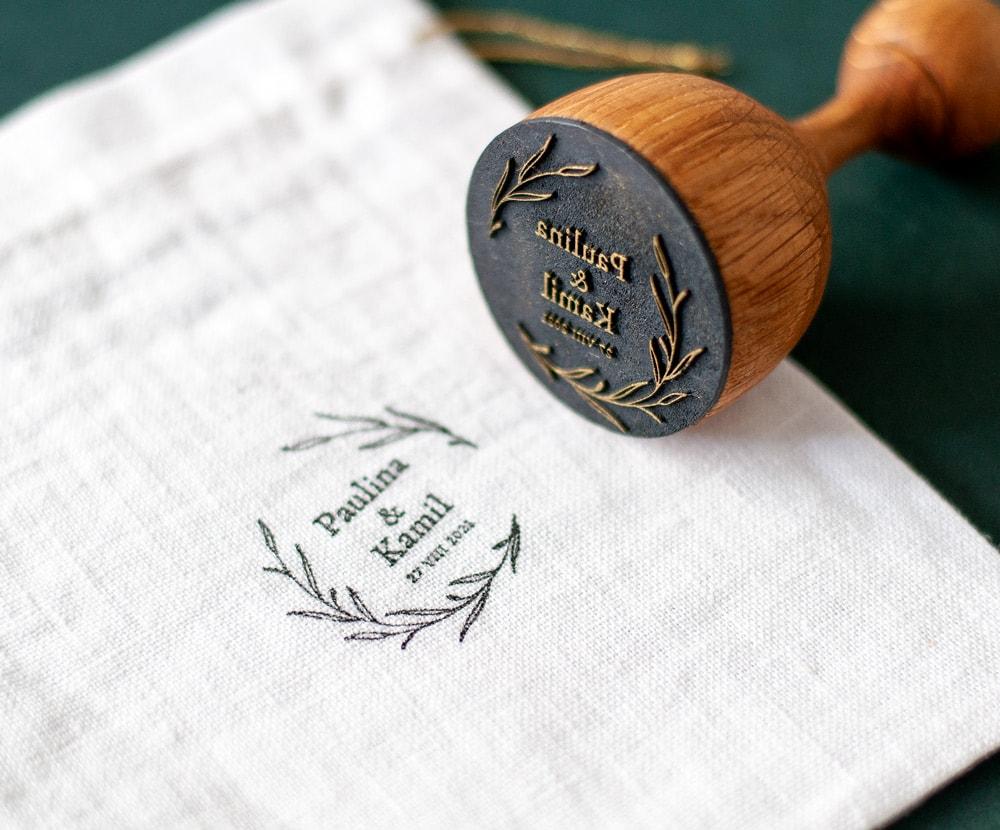 Piękny stempelek ślubny z imionami i laurem z listków