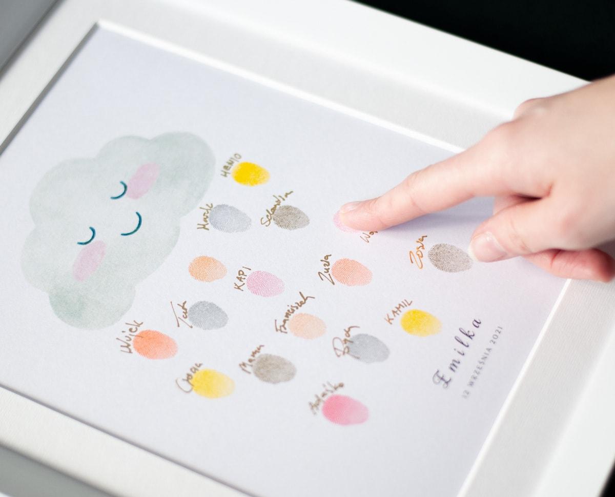obrazek z rysunkiem pochmurnej chmurki, pamiątka z urodzin z odciskami palców