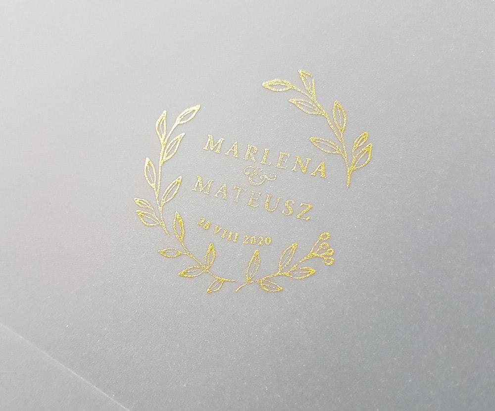 Stempel ślubny ze złotym monogramem z imionami