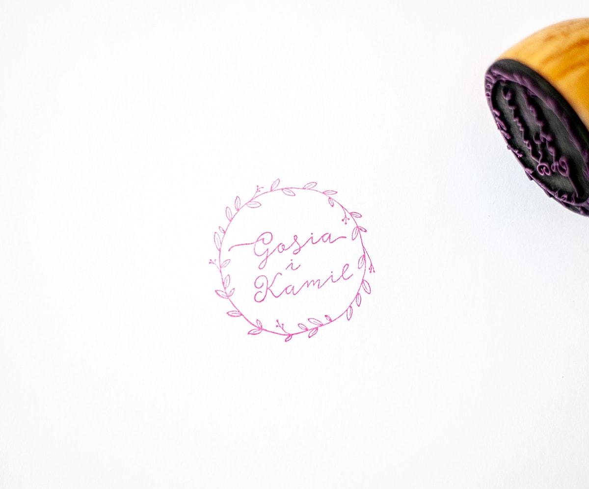 Stempelek z rustykalnymi listkami i imionami wypisanymi odręczną czcionką