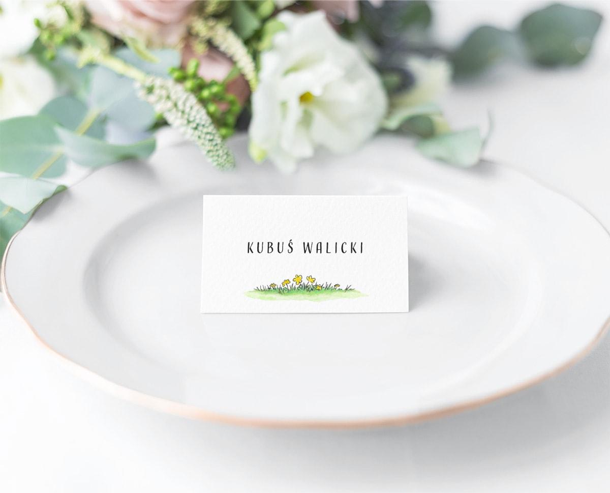 Kolorowe winietki na stoły z zieloną trawą i kwiatuszkami