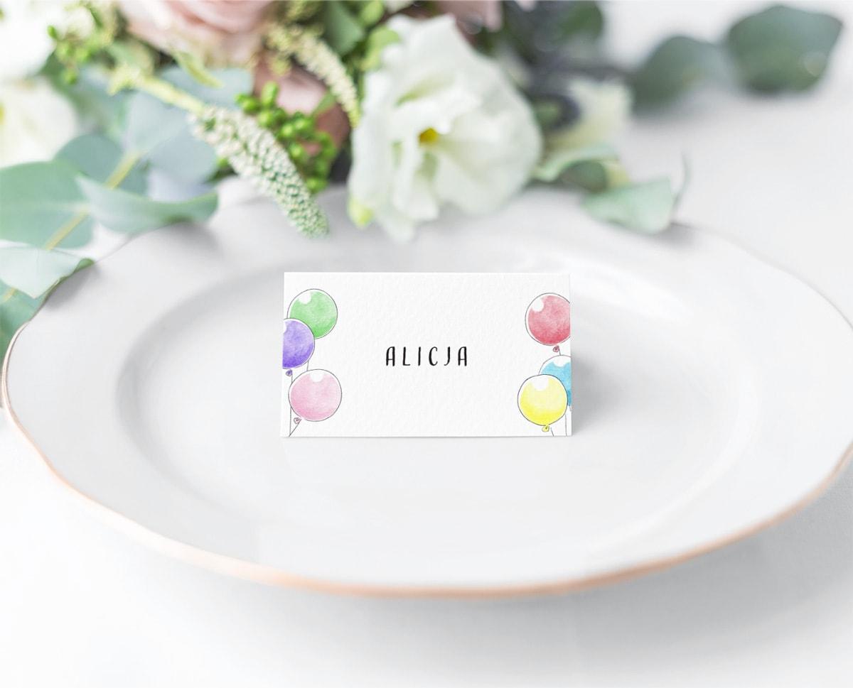 Kolorowe winietki z imieniem zaproszonego dziecka i balonami