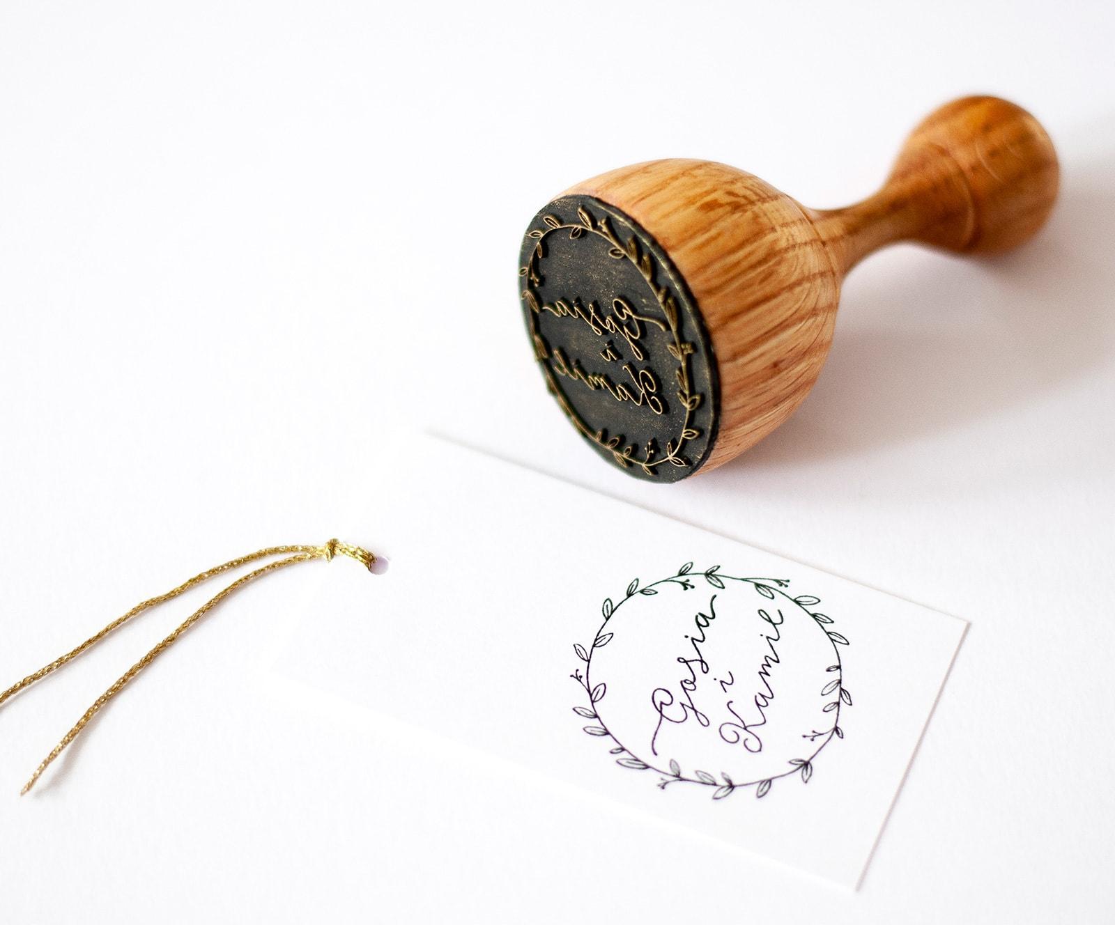 Drewniana pieczątka z imionami wewnątrz okręgu z listków