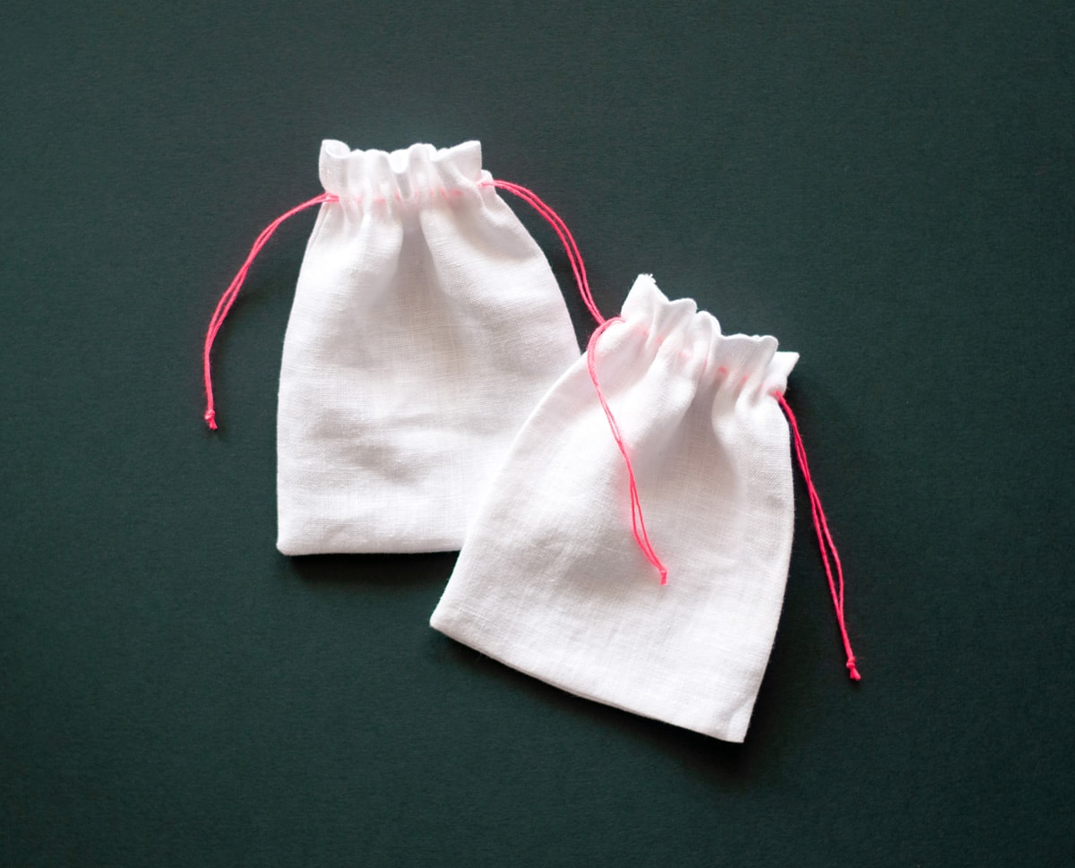 Lniane woreczki na prezenty, białe z różowym sznureczkiem Neon Pink