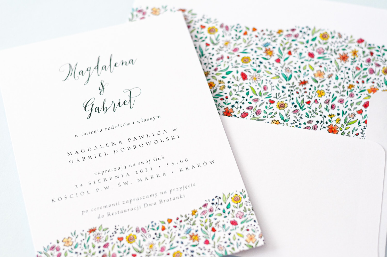 Zaproszenia na ślub z polnymi kwiatami na łące i kaligrafowaną czcionką