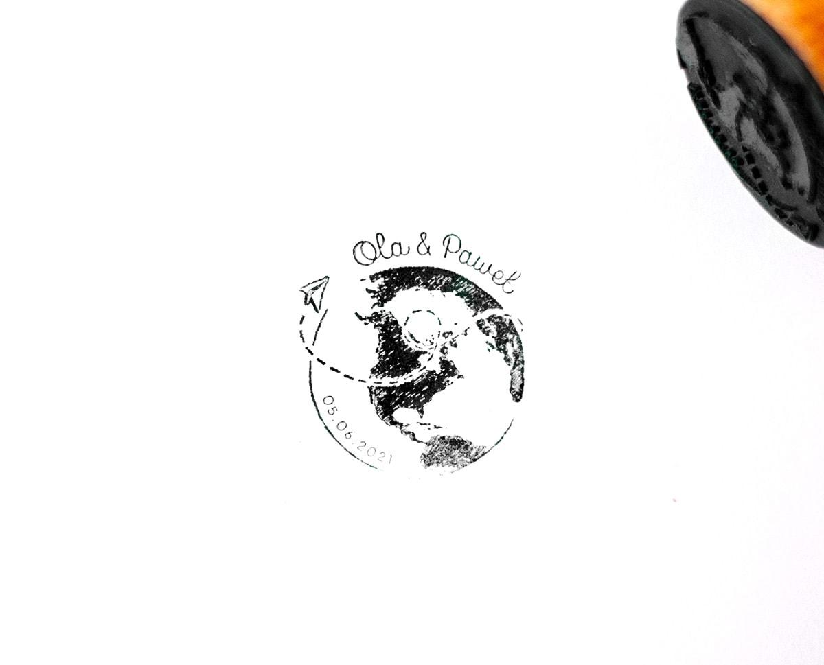 Pieczątka z mapą świata, małym samolicikiem i imionami Pary Młodej