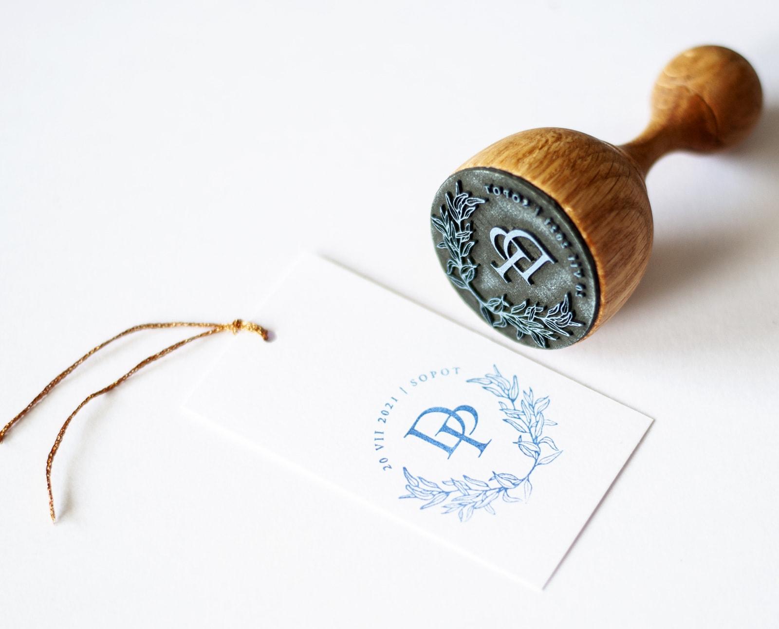 Stempelek ślubny drewniany z listkami eukaliptusa datą i inicjałami