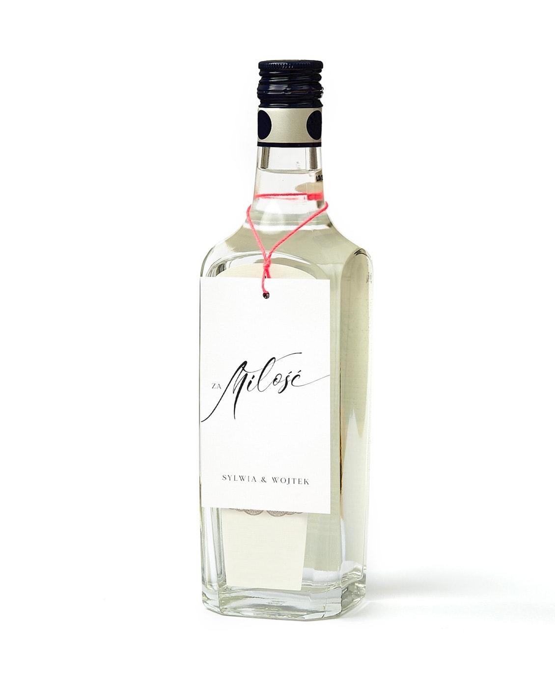 Białe zawieszki na wódkę weselną z napisem za miłość