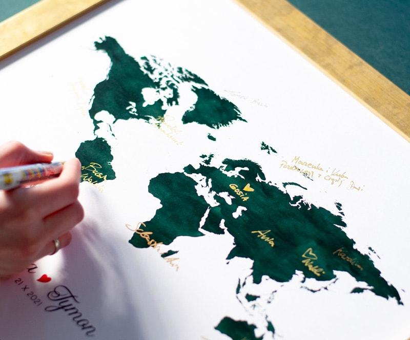 Księga gości z mapą świata w kolorze butelkowej zieleni, złote podpisy