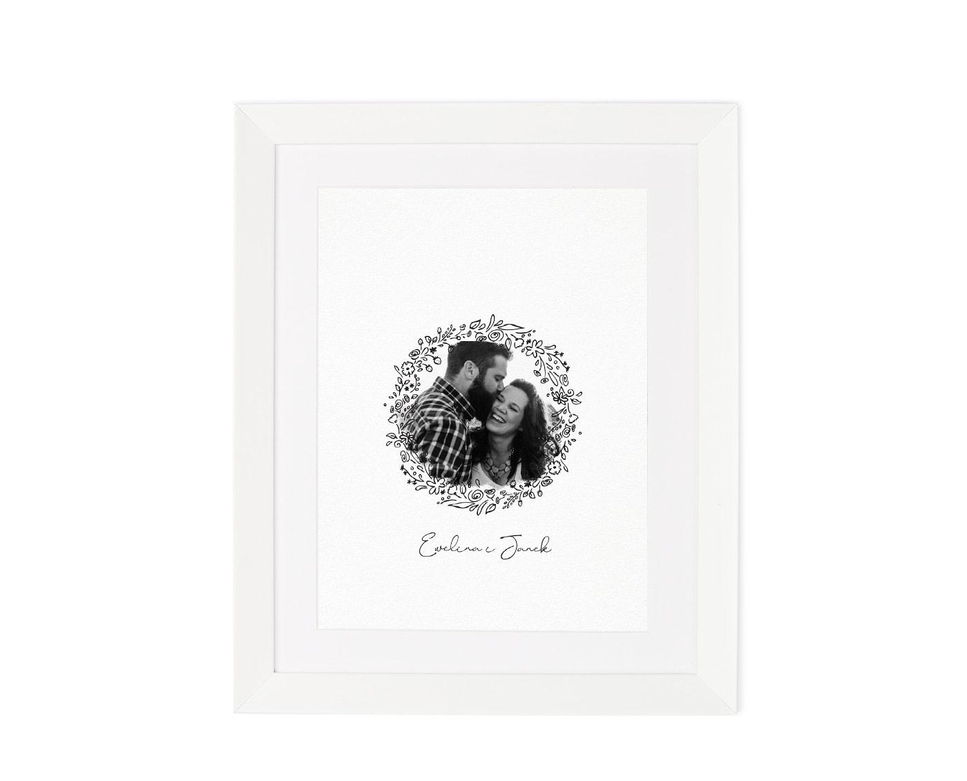 Księga gości ze zdjęciem pary młodej w białej drewnianej ramce i polnymi kwiatami