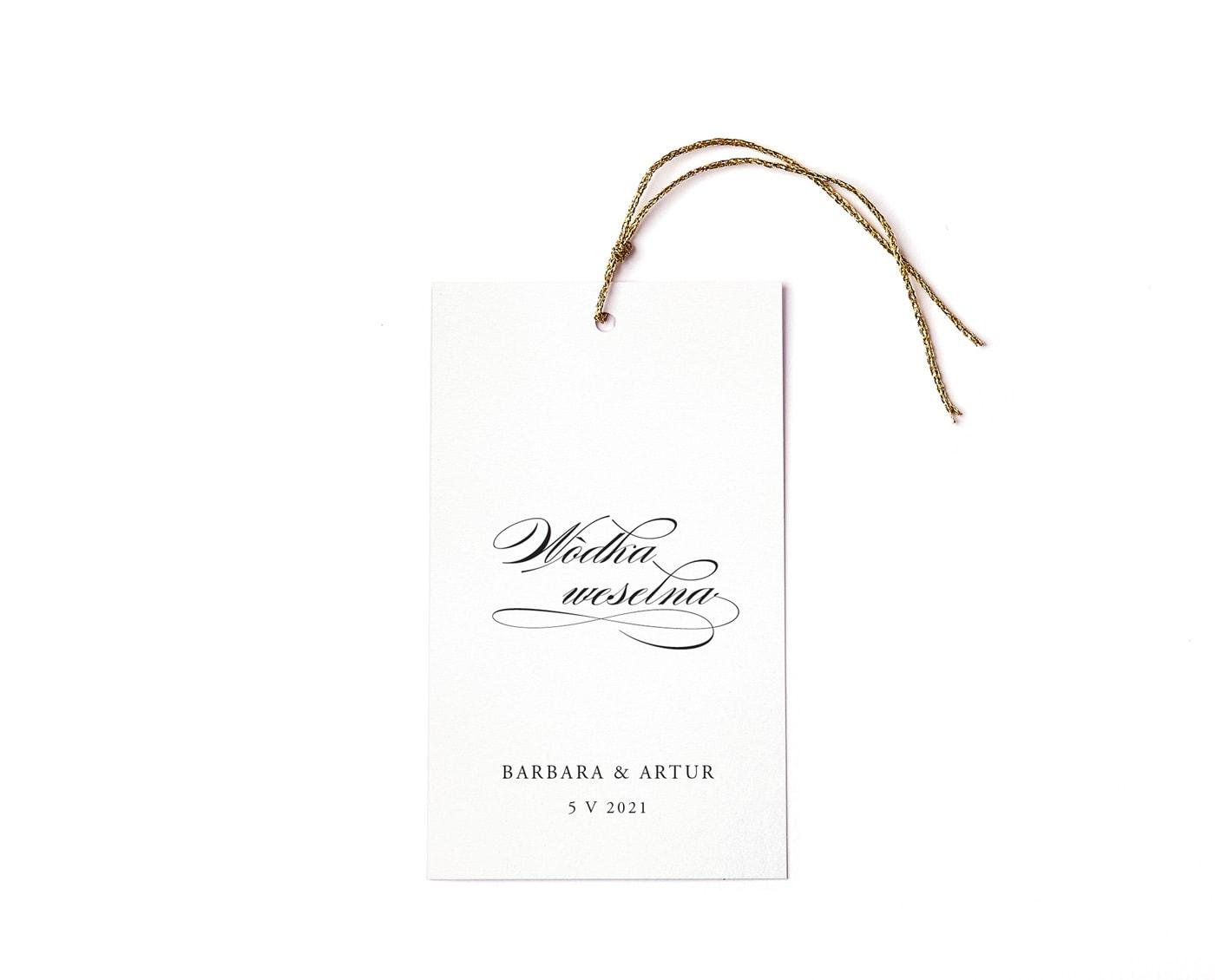 Minimalistyczne, eleganckie zawieszki z ozdobna czcionką i złotym sznureczkiem