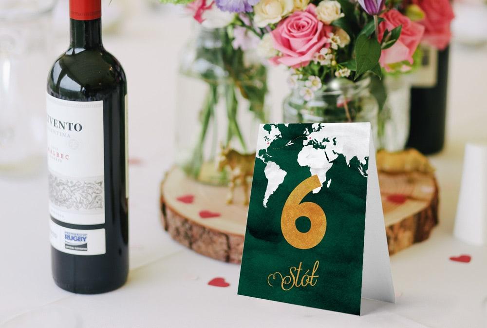 Numery na stoły w stylu podróżniczym w zielonej kolorystyce i mapą świata