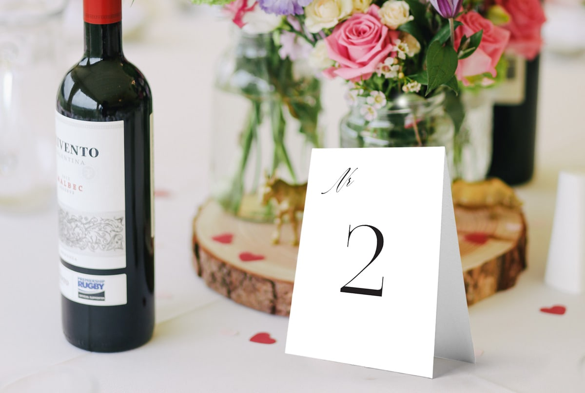 Numery na stoły weselne w minimalistycznym stylu