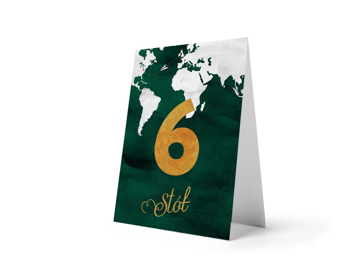 Numery stołów w kolorze butelkowej zieleni ze złotą cyfrą