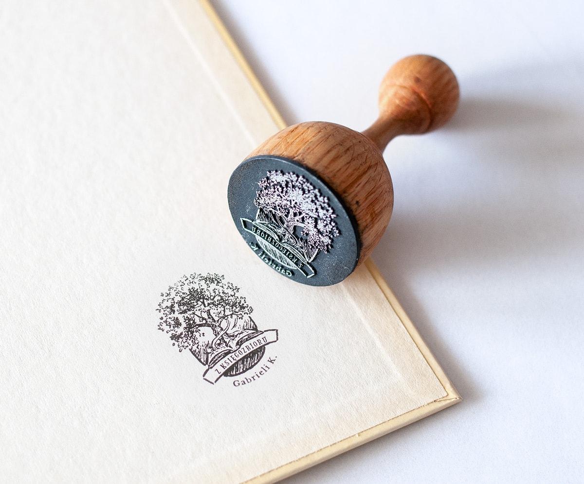 Ex libris z rysunkiem drzewa i książki