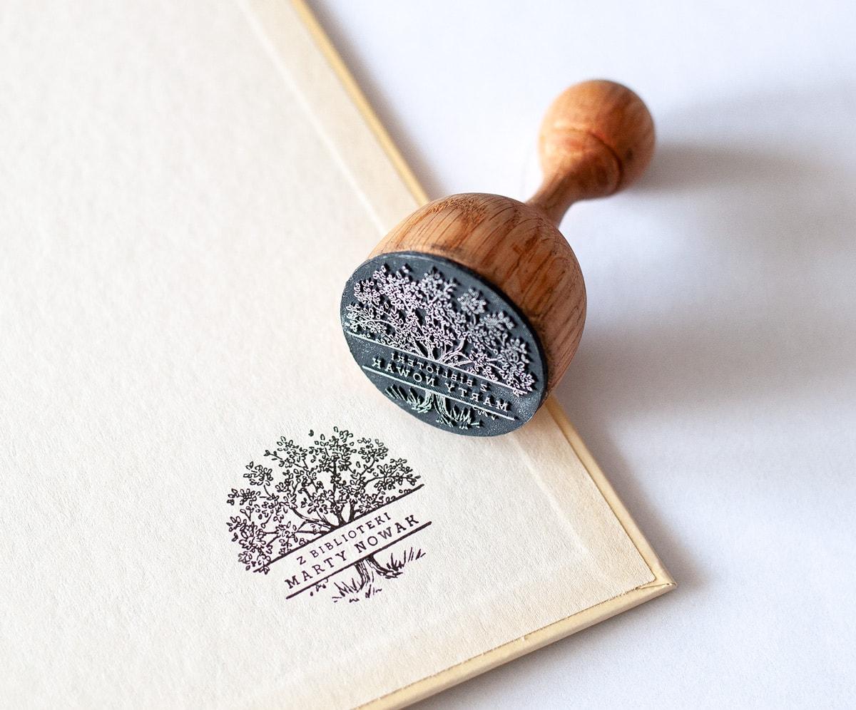 Pieczęć ex libris, drewniana z rysunkiem drzewa