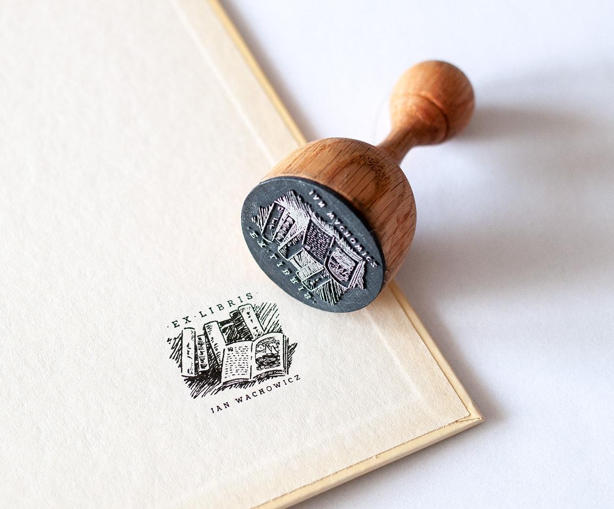 Pieczątka exlibris z rysunkiem książek