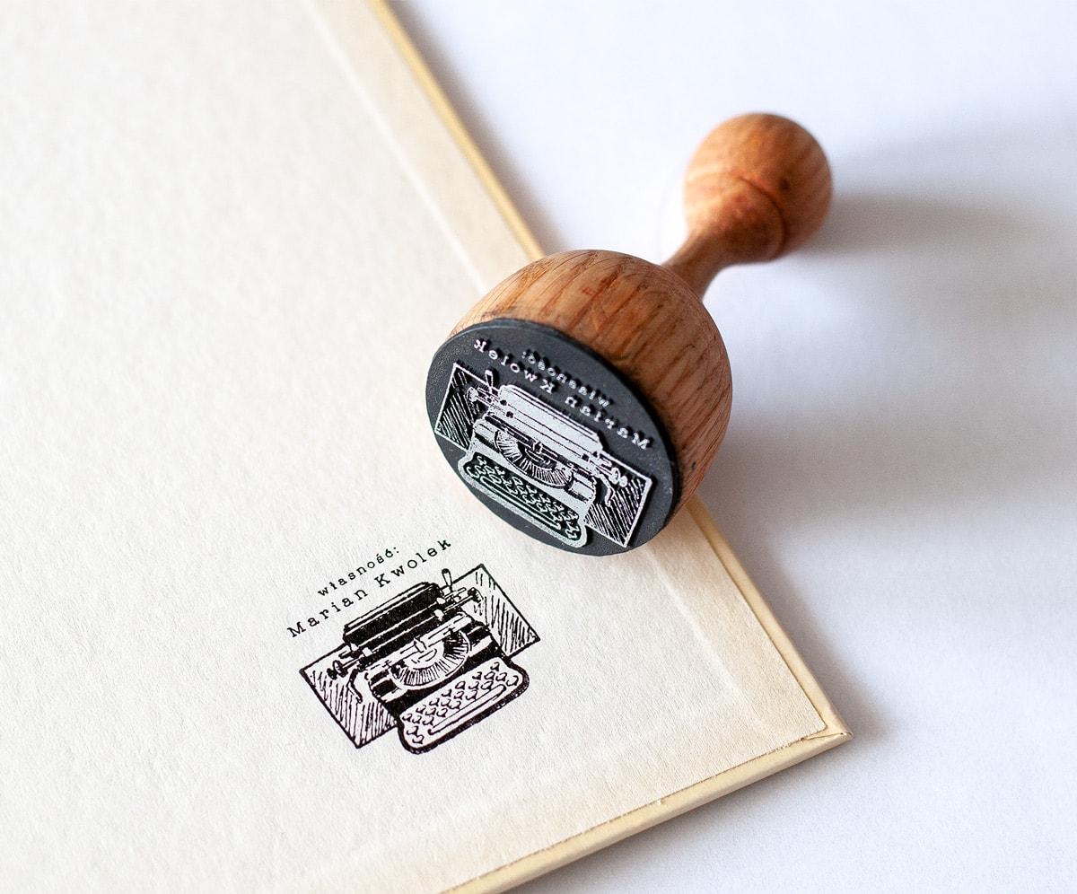 pieczątka ex libris z maszyną do pisania
