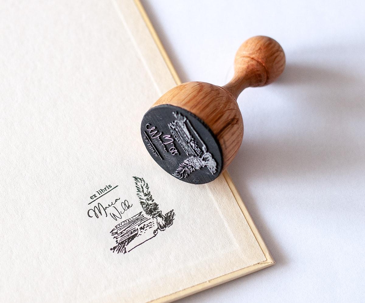 Pieczęć exlibris z piórem i pergaminem papieru