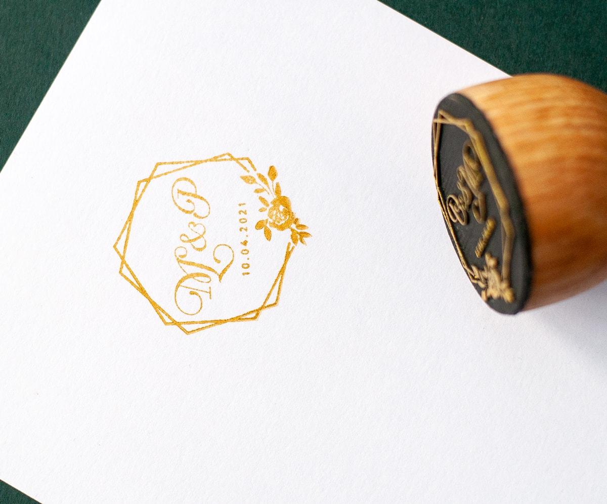 Pieczątka ślubna z inicjałami i geometrycznymi figurami, złoty tusz