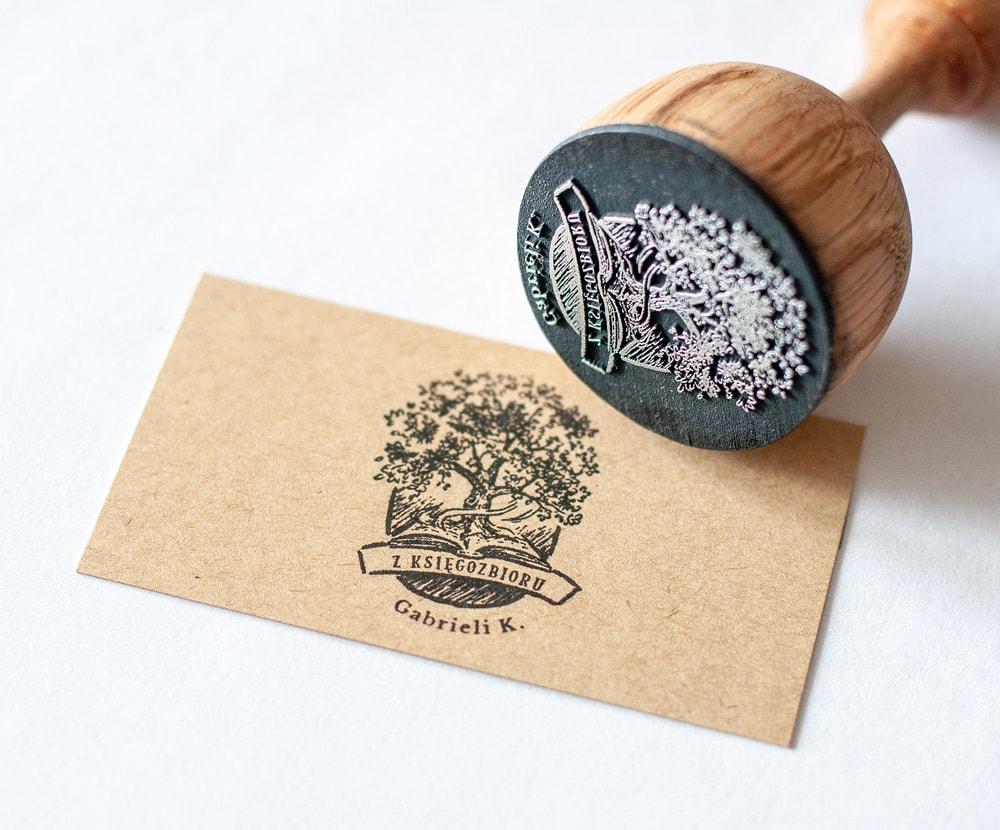 profesjonalny stempel ex libris z drzewem i książką