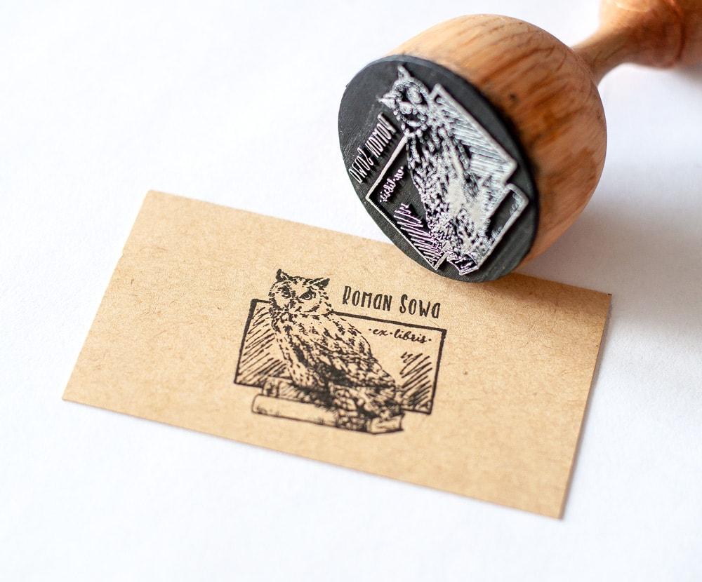 Stempel ekslibris z sową na książce