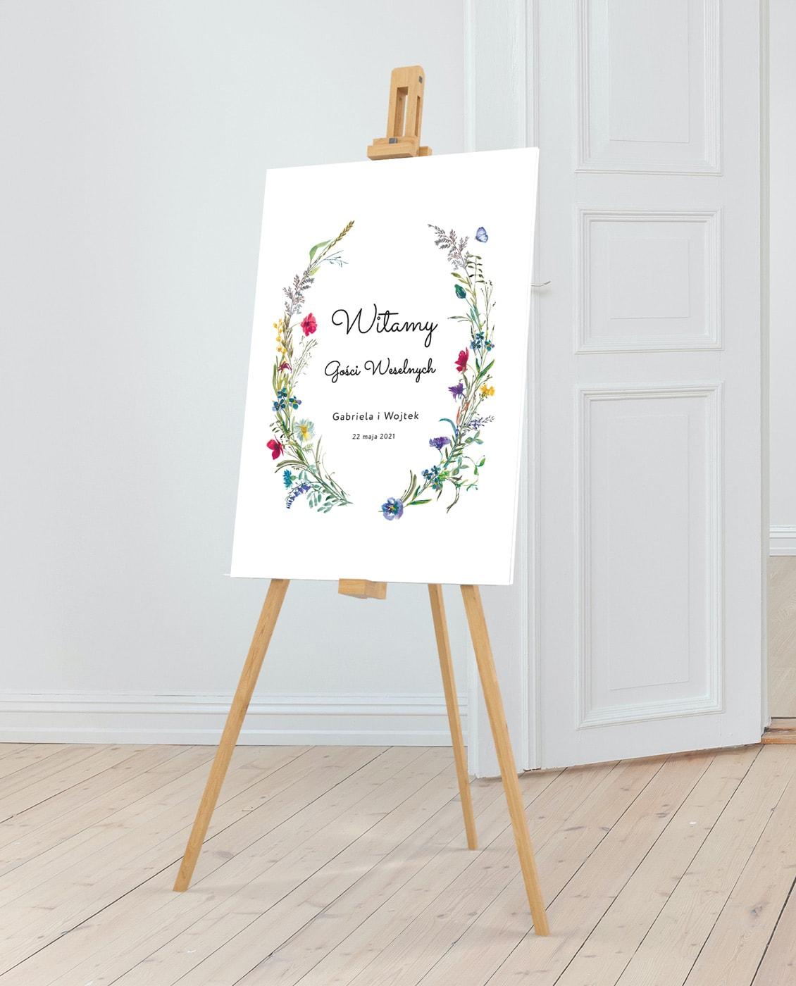 Tablica na powitanie gości weselnych z polnymi kwiatami